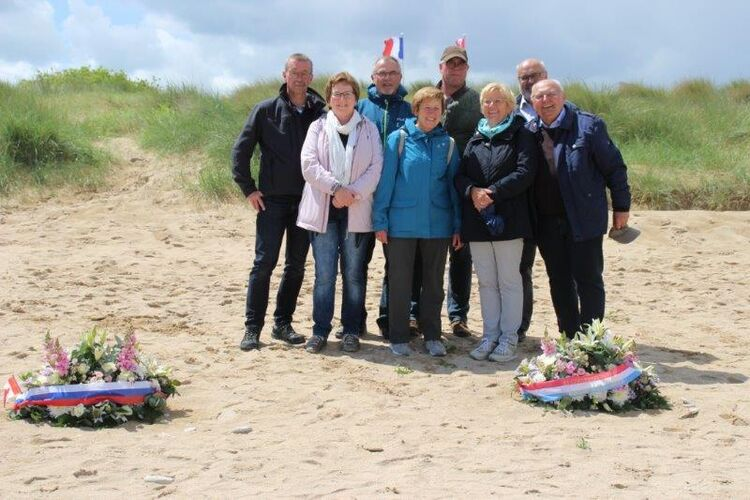 08.06.19 Oerlenbacher Delegation am Strand von Courseulles